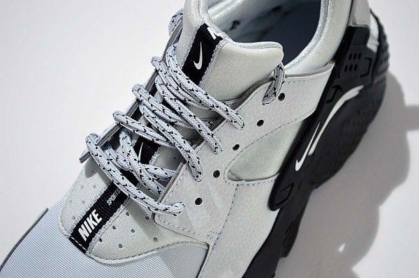 "Nike Huarache Run trainers <span class=""prodcode""><br>SE GS 909143 007</span>"